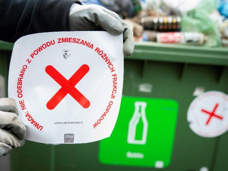 Naklejka na pojemniku na odpady poinformuje o niewłaściwej segregacji